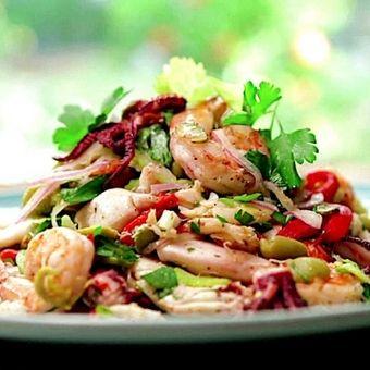 Insalata di mare con mirepiox di verdure