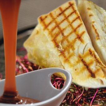 Ombrina boccadoro croccante con germogli di ravanello e caramello salato