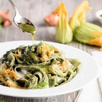 Tagliolini alle ortiche con astice e fiori di zucchino